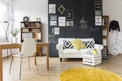 Sala criativa com mobília do vintage Fotos de Stock