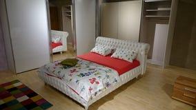 Sala d'esposizione della mobilia: camera da letto moderna Fotografie Stock