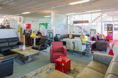 Sala d'esposizione della mobilia con le tavole e le sedie Fotografia Stock Libera da Diritti