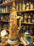 Sala d'esposizione delle tazze di birra bavaresi del gres Fotografie Stock Libere da Diritti
