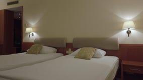 Sala da cama gêmea do hotel do conforto vídeos de arquivo