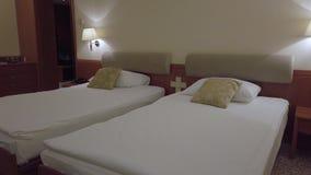 Sala da cama gêmea do hotel do conforto video estoque