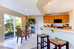 Sala da cozinha com a plataforma do espaço para refeições e do abandono Fotos de Stock Royalty Free