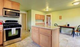 Sala da cozinha da hortelã com luz - armários marrons Imagens de Stock Royalty Free