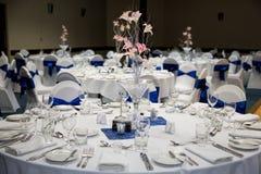 Sala da função estabelecida para um casamento imagens de stock royalty free