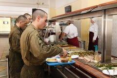 Sala da pranzo in armiyu Che cosa per mangiare i militari Foto reale dall'esercito, circa la vita dei soldati Militari dell'alime Fotografia Stock Libera da Diritti