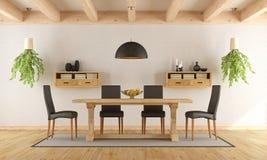 Sala da pranzo bianca con la tavola rustica Immagine Stock
