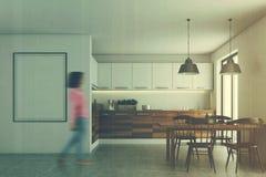 Sala da pranzo bianca, manifesto, controsoffitti di legno, ragazza Fotografia Stock