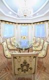 Sala da pranzo con la mobilia di lusso della scrofa giovane e la bella tavola Immagine Stock