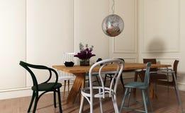 Sala da pranzo con la Tabella di legno e le sedie mal adattate Immagine Stock