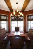 Sala da pranzo con la tabella e le presidenze. Fotografie Stock