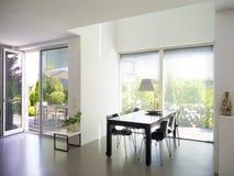 Sala da pranzo con le finestre francesi fotografia stock libera da diritti