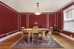 Sala da pranzo con le pareti rosse Fotografia Stock Libera da Diritti
