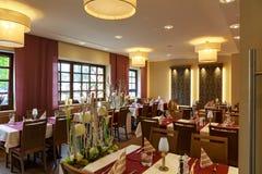 Sala da pranzo con le tavole coperte bianche Fotografie Stock
