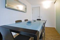 Sala da pranzo con mobilia minimalistic moderna Fotografia Stock Libera da Diritti