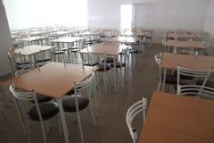Sala da pranzo della scuola con molte tavole e sedie Fotografie Stock