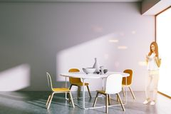 Sala da pranzo della tavola rotonda, donna con lo smartphone Fotografia Stock
