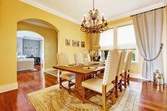 Sala da pranzo di lusso con la tavola di legno scolpita Fotografie Stock Libere da Diritti