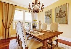 Sala da pranzo di lusso con la tavola di legno scolpita Immagini Stock Libere da Diritti