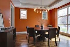 Sala da pranzo di lusso con le pareti arancioni Fotografia Stock Libera da Diritti