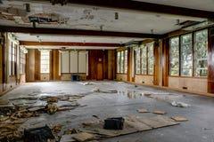 Sala da pranzo di stile di metà del secolo - località di soggiorno abbandonata Fotografie Stock