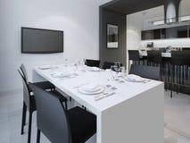 Sala da pranzo e la cucina alla parte posteriore Immagini Stock Libere da Diritti