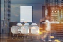 Sala da pranzo grigia, tavola di legno e sfuocatura del manifesto Fotografie Stock