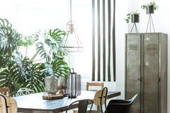 Sala da pranzo industriale con il guardaroba immagine stock