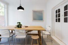 Sala da pranzo interna disegnata scandinava moderna con il lig del pendente fotografia stock