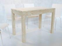 Sala da pranzo minimalista bianca con le sedie di legno del compensato e della Tabella con illuminazione Immagine Stock