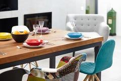 Sala da pranzo moderna con il tavolo da pranzo Immagine Stock Libera da Diritti