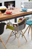 Sala da pranzo moderna con il tavolo da pranzo Immagini Stock Libere da Diritti