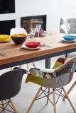 Sala da pranzo moderna con il tavolo da pranzo Fotografie Stock