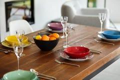 Sala da pranzo moderna con il tavolo da pranzo Fotografia Stock