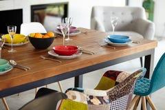 Sala da pranzo moderna con il tavolo da pranzo Immagine Stock