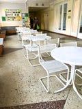 Sala da pranzo nell'ospedale Le Tabelle e le sedie stanno nel corridoio dell'ufficio Immagini Stock Libere da Diritti