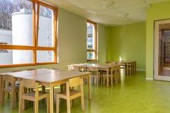 Sala da pranzo per i bambini nell'asilo fotografia stock