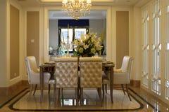Sala da pranzo pulita ed ordinata della famiglia di una finestra Fotografia Stock Libera da Diritti