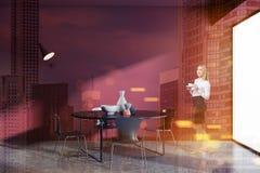 Sala da pranzo rossa della parete, donna di affari, sottotetto Fotografie Stock