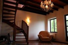 Sala da sala de estar com escadaria, cadeira e o mais electrolier elegante Fotografia de Stock