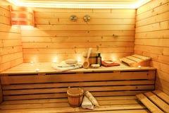 Sala da sauna com os acessórios tradicionais da sauna foto de stock royalty free