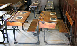 Sala de aula antiquado da escola Foto de Stock