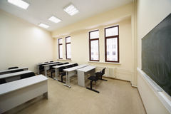Sala de aula com as mesas de madeira da escola Imagem de Stock