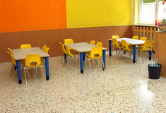 Sala de aula com tabela e cadeiras pequenas no jardim de infância Imagem de Stock