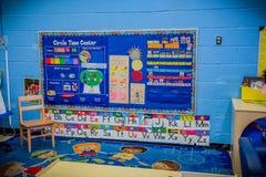 Sala de aula da escola primária com ABC na parede foto de stock royalty free