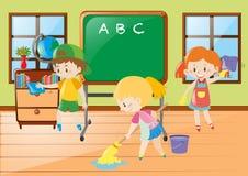 Sala de aula da limpeza da ajuda das crianças Foto de Stock Royalty Free