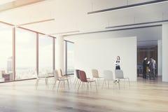 Sala de aula do escritório, cadeiras coloridas, canto, mulher Imagem de Stock