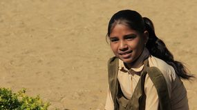 Sala de aula exterior alegre de Girls do estudante com luz do sol morna fotos de stock