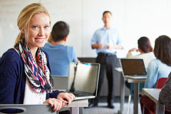 Sala de aula fêmea de Using Laptop In do estudante da High School imagem de stock