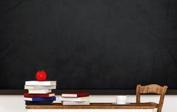Sala de aula, livros, maçã, copo de café, tabela, cadeira e quadro-negro, com espaço da cópia, 3d rendido ilustração royalty free